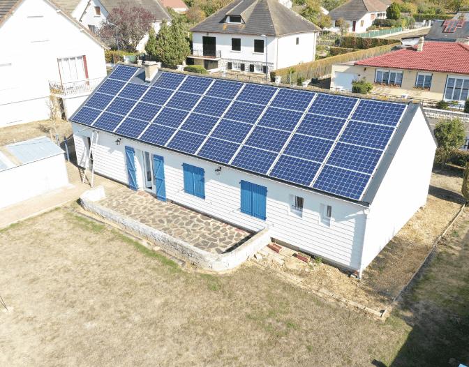 Panneaux photovoltaïques sur une toiture de particuliers, installés par le Groupe Roy Énergie