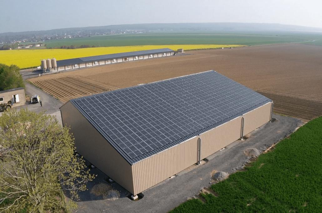 vue aérienne d'un bâtiment agricole équipé de panneaux photovoltaïques