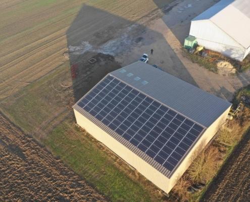 Panneaux photovoltaïques du Groupe Roy Énergie sur le toit d'une exploitation agricole