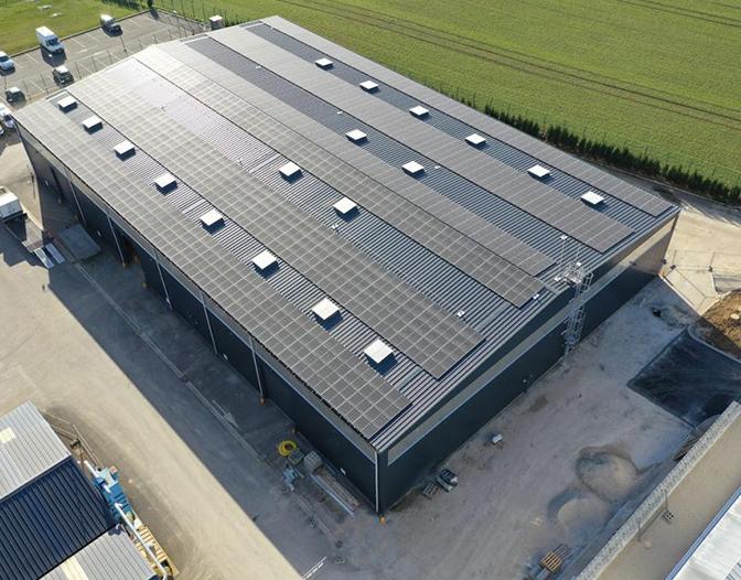 Installation de panneaux photovoltaïques sur un bâtiment industriel par le Groupe Roy Énergie