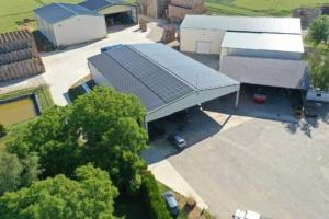 panneaux photovoltaïques GROUPE ROY ÉNERGIE sur une bâtiment agricole