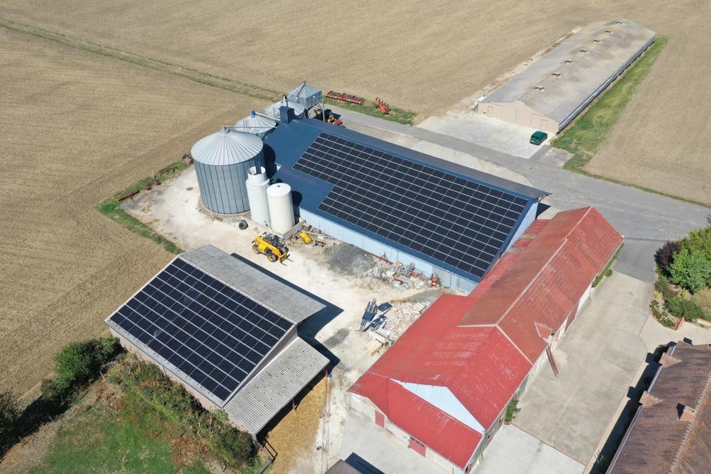 vue aérienne d'une exploitation agricole avec installation photovoltaïque
