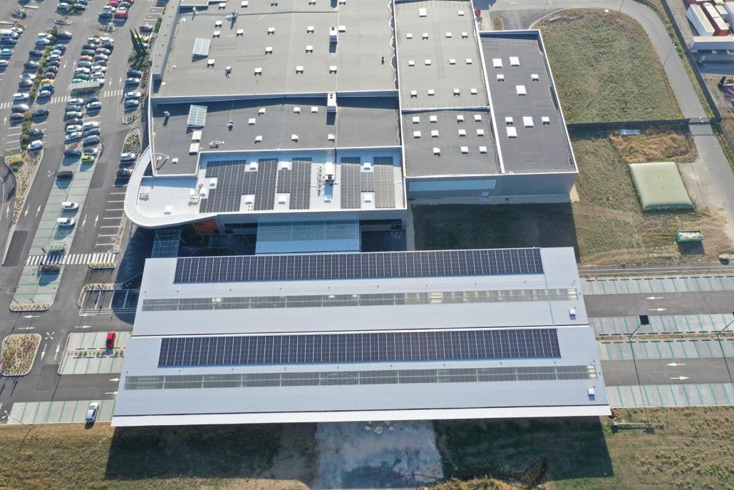 vue aérienne d'un batiment industriel équipé de panneaux photovoltaïques