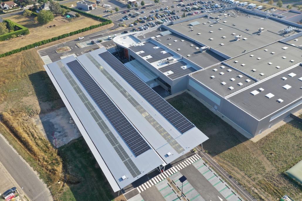panneaux photovoltaïques sur un bâtiment industriel