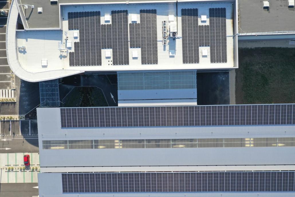 panneaux photovoltaïques sur un bâtiment industriel - vue aérienne