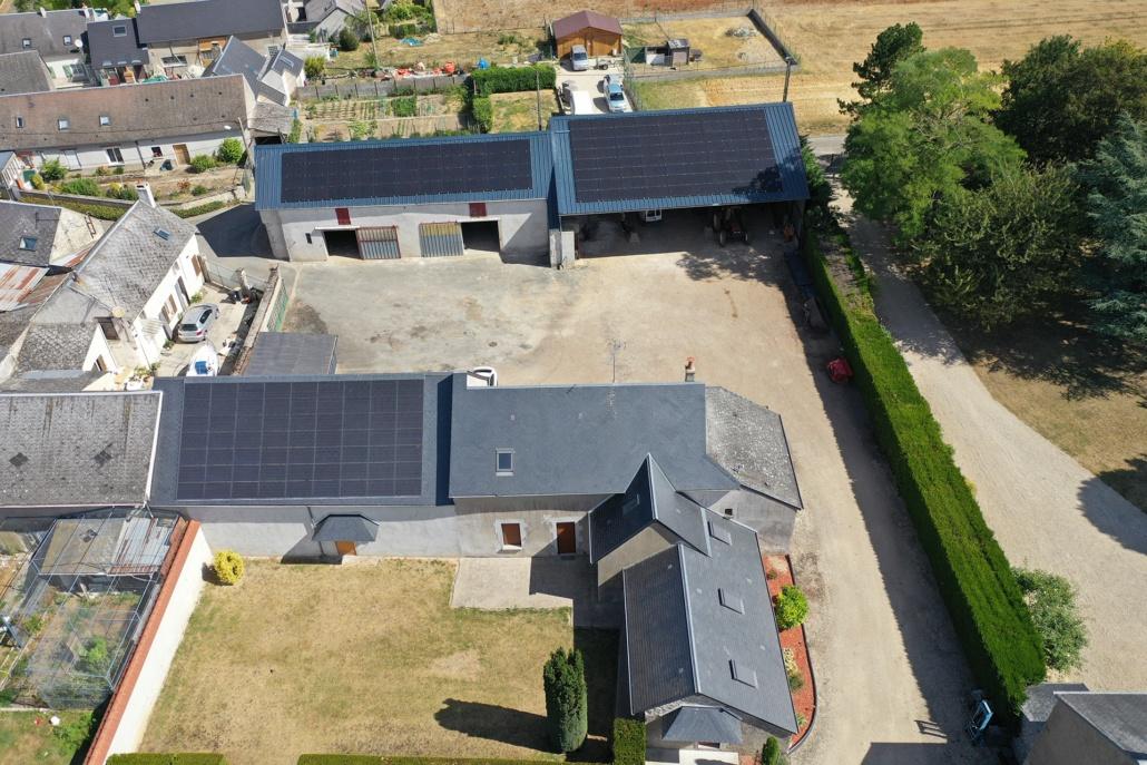 vue aérienne trois bâtiments agricoles équipés de panneaux photovoltaïques