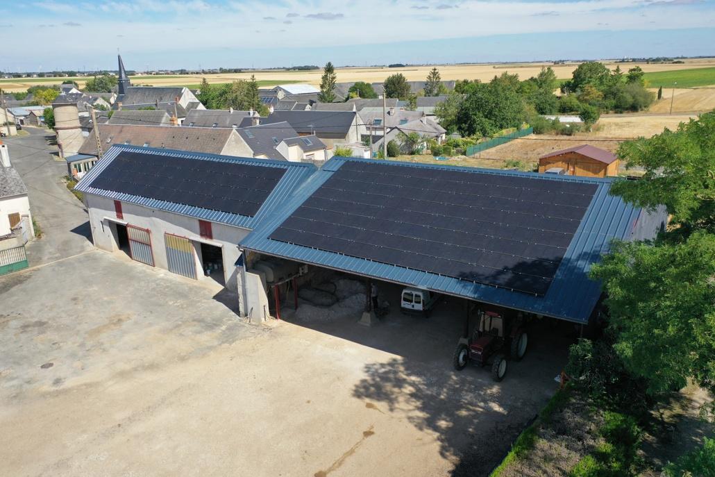 deux bâtiments agricoles équipés de panneaux photovoltaïques