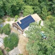 panneaux solaires photovoltaïques installés sur une maison en forêt par GROUPE ROY ÉNERGIE
