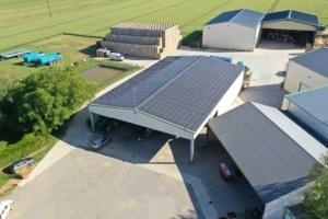 Hangar agricole dans une exploitation avec des panneaux photovoltaïques sur le toit