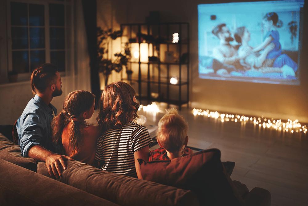 famille dans une maison autonome en énergie