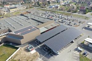 Vue aérienne batiment industriel panneaux photovoltaïques
