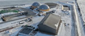 bâtiment de méthanisation avec panneaux photovoltaïques