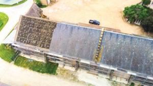 Bâtiments agricoles avec panneaux photovoltaïques installés par le Groupe Roy Énergie